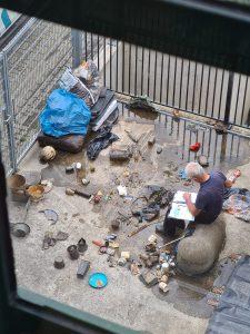 Thijs Belgers die afval aan het sorteren is - LIVES